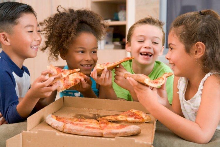 Dạy trẻ biết chia sẻ đồ ăn với bạn bè một cách vui vẻ