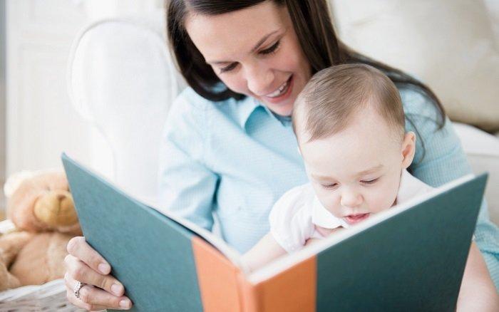 mẹ đọc sách cho trẻ sơ sinh