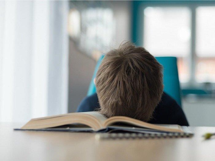 bé ngủ gật trên bàn học, hội chứng khó đọc ở trẻ