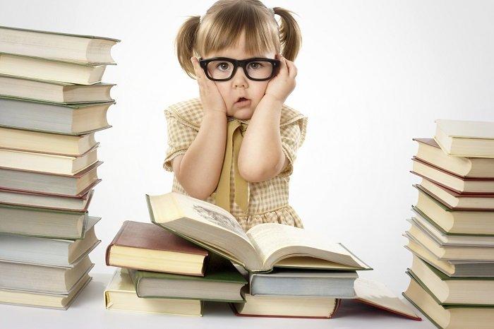 bé gái đọc sách, hội chứng khó đọc ở trẻ