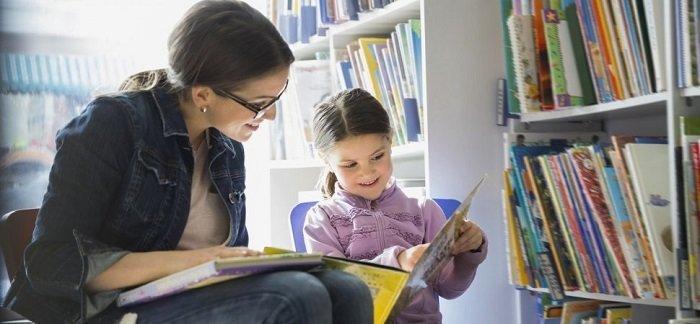 mẹ đọc sách cùng bé gái, hội chúng khó đọc ở trẻ