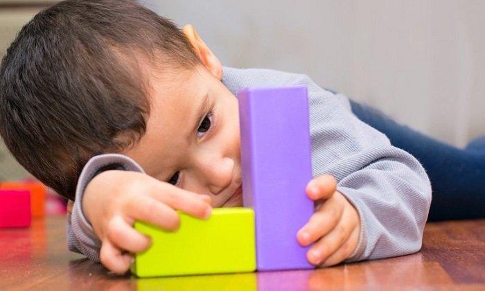 Trẻ tự kỷ có thể bắt kịp yêu cầu của người khác nếu trẻ được hướng dẫn nhiều lần.