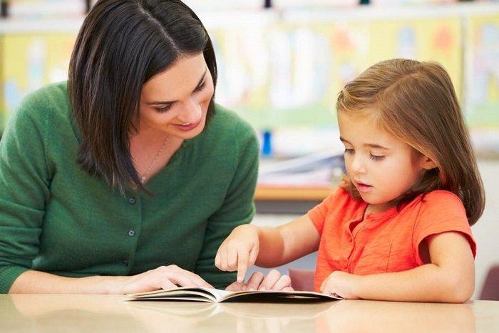 bé gái tập đọc, khắc phục chứng khó đọc ở trẻ