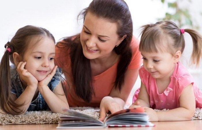 mẹ đọc sách cùng hai con, khắc phục chứng khó đọc ở trẻ