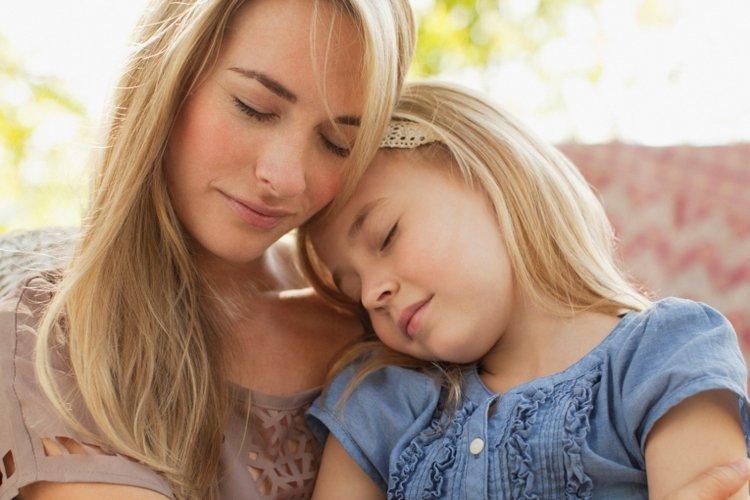 Mẹ ôm và vỗ về, an ủi khi trẻ buồn bã