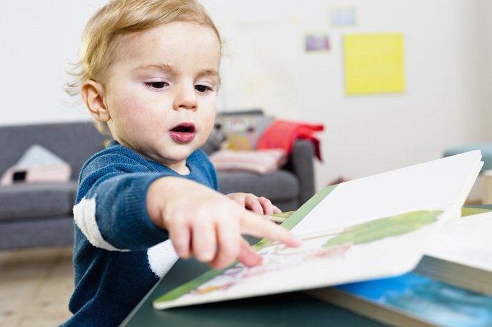 bé trai đọc sách, phát triển kỹ năng đọc của trẻ