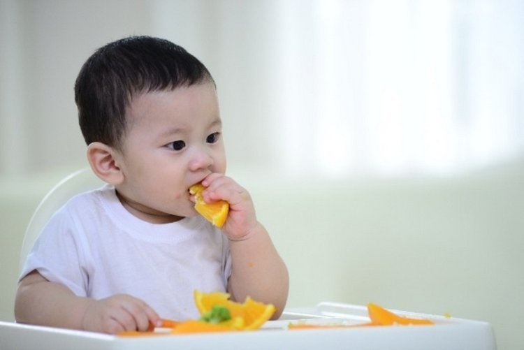 Tập cho bé tự xúc ăn bằng thìa