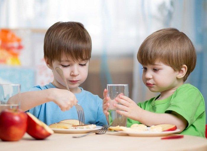 Trẻ ăn thức ăn giàu sắt