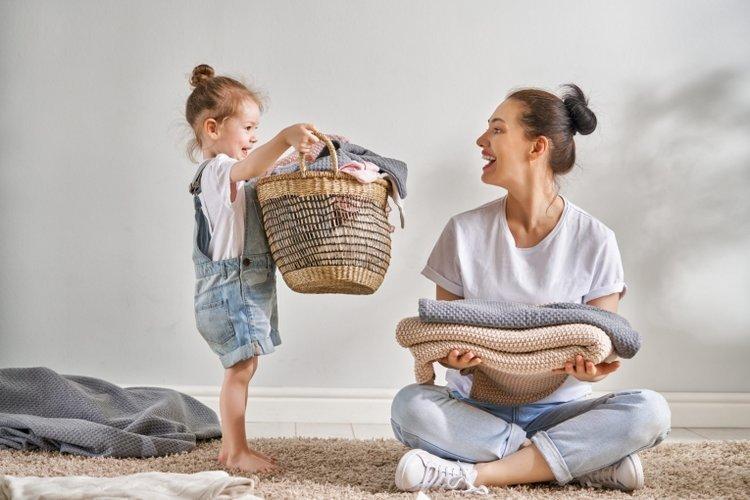 trẻ vui vẻ cùng mẹ làm việc nhà