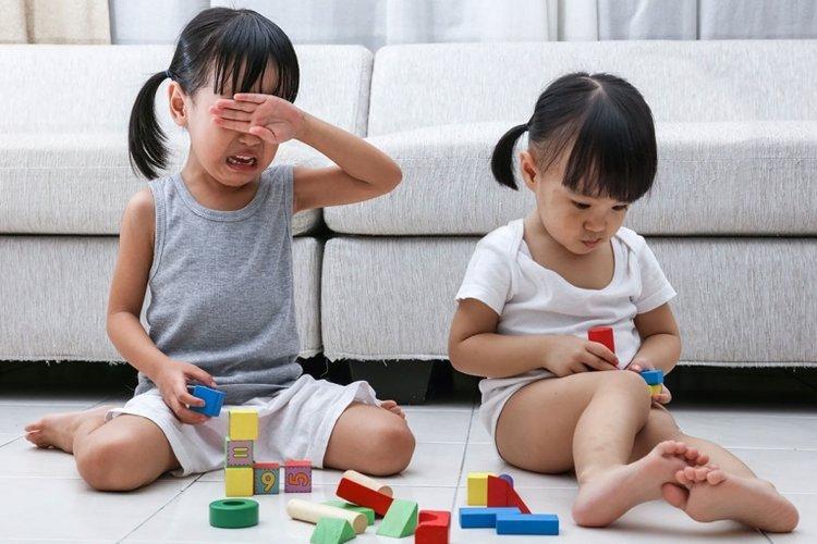 Trẻ khóc khi bị bạn giành lấy mất đồ chơi