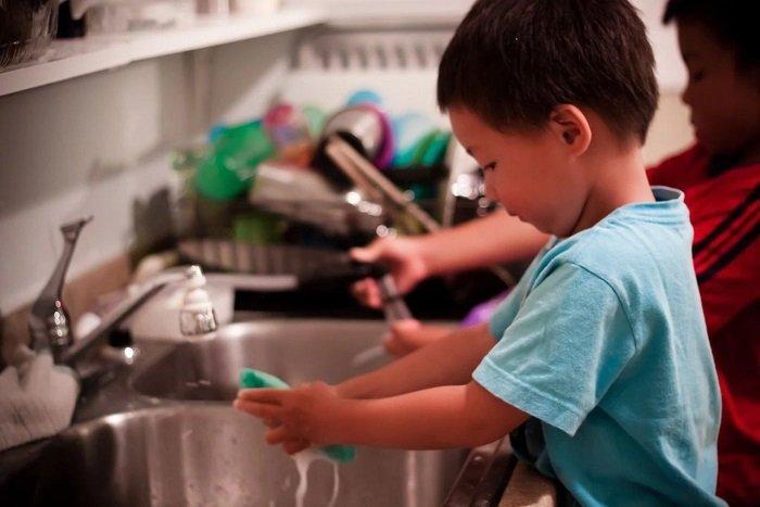 bé rửa bát, cách dạy song ngữ cho bé