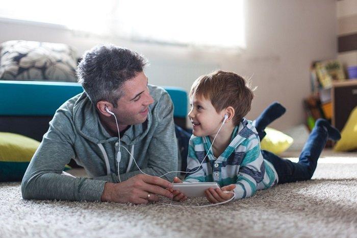 bố đọc sách cùng con trai, cách giúp trẻ thích đọc sách