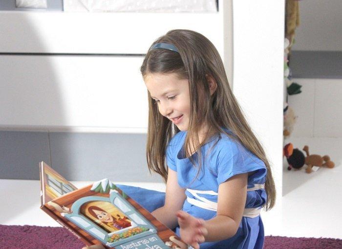 bé gái đọc sách, cách giúp trẻ thích đọc sách