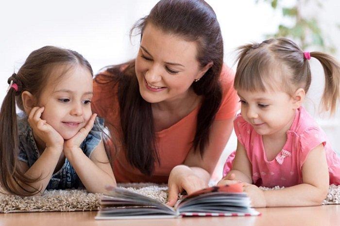 mẹ đọc sách cùng hai con gái, mẹo cải thiện chứng khó đọc cho trẻ
