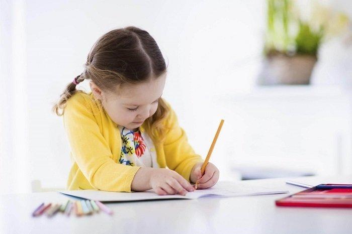 bé gái tập viết, mẹo cải thiện chứng khó đọc cho trẻ