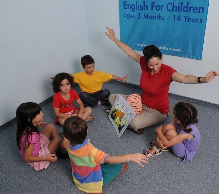 bé học ngoại ngữ trong lớp, nên cho bé học ngoại ngữ từ mấy tuổi