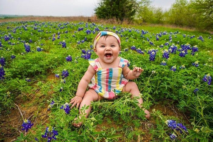 Cho trẻ ra ngoài chơi là một hoạt động giúp trẻ phát triển toàn diện.