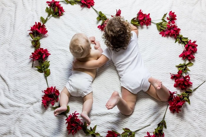 Dán hình người thân là một cách để trẻ ghi nhớ các thành viên trong gia đình tốt hơn.