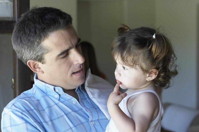 Bố trò chuyện với bé gái