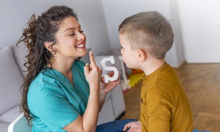 bác sĩ và trẻ 2 tuổi chậm nói