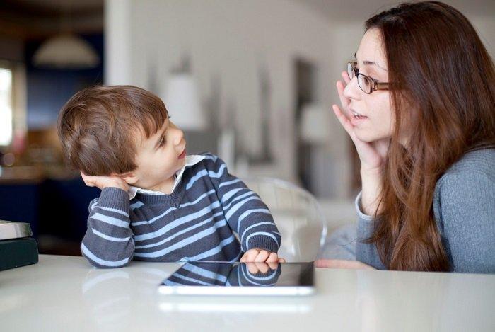 mẹ trò chuyện với con trai