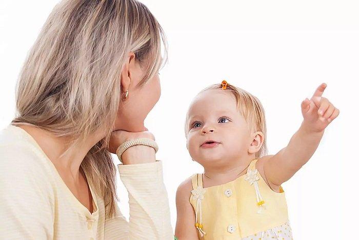 mẹ trò chuyện với con gái mắc chứng rối loạn ngôn ngữ biểu hiện phát triển