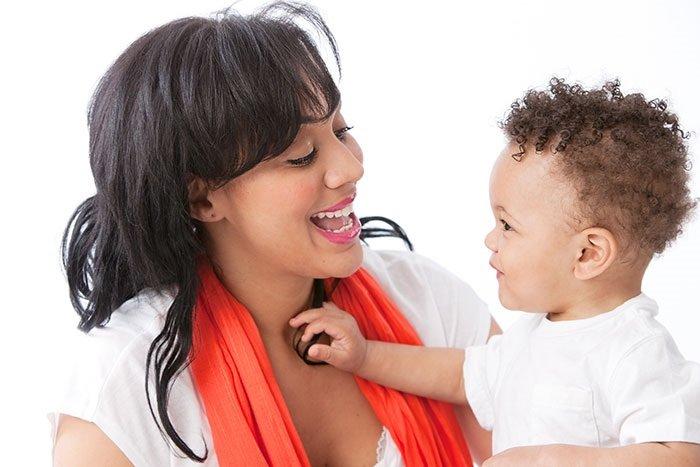 mẹ cười với con trai mắc chứng rối loạn ngôn ngữ biểu hiện phát triển