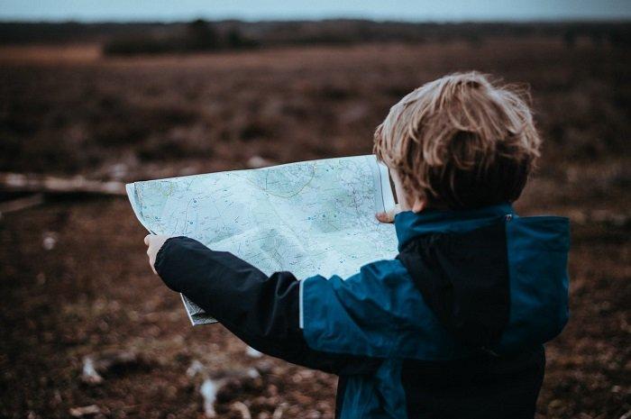 Em bé xem bản đồ tìm đường
