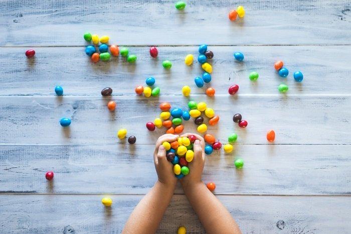 Cho bé tập đếm kẹo cũng là một cách dạy con học giỏi toán