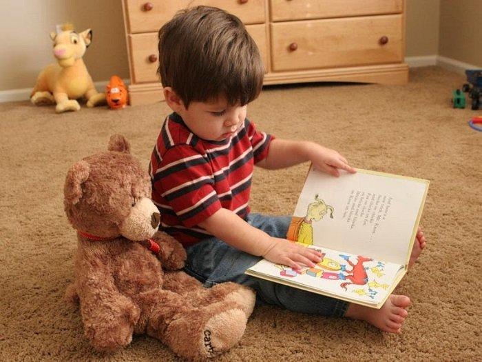 bé đọc sách trên sàn