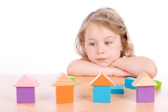 trẻ tự kỷ chơi đồ chơi