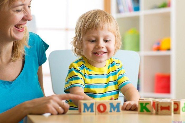 mẹ dạy bé đánh vần ghép chữ