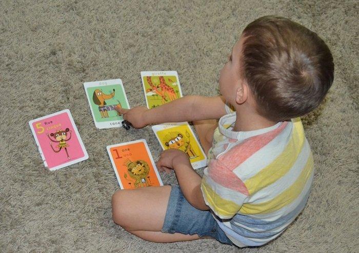 bé trai học qua thẻ