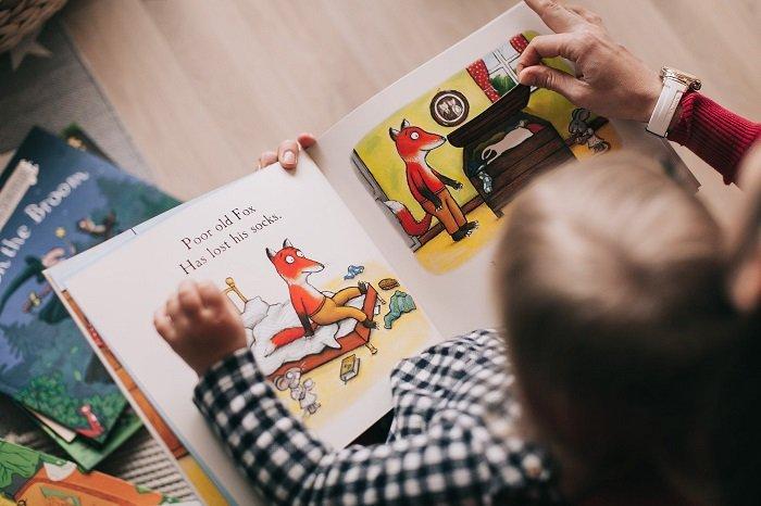 Em bé tiếp thu thông tin bằng đọc sách vì phong cách học tập của trẻ mầm non mà em theo là học trực quan.