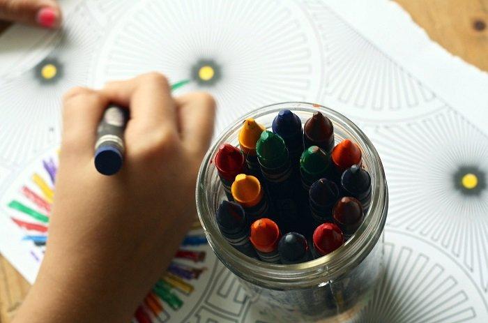 Em bé đang vẽ tranh.