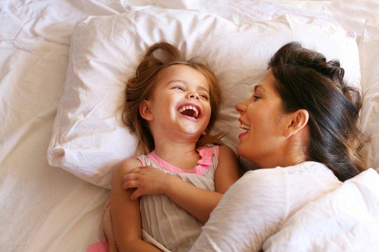 bé gái vui đùa với mẹ