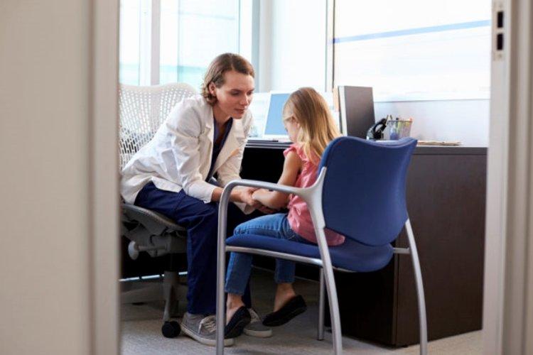 Trẻ mắc bệnh trầm cảm gặp bác sĩ tâm lý để điều trị