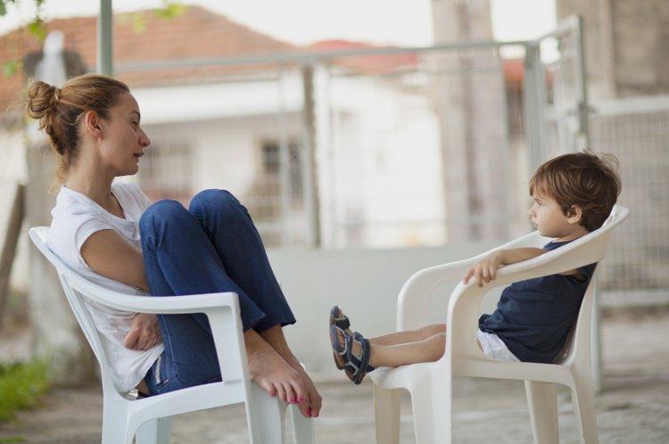mẹ thường xuyên trò chuyện chia sẻ với trẻ mắc bệnh trầm cảm để kịp thời nắm tình hình và tìm cách giúp đỡ phù hợp và hiệu quả nhất