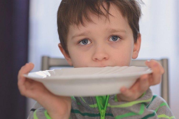 trẻ đói ăn
