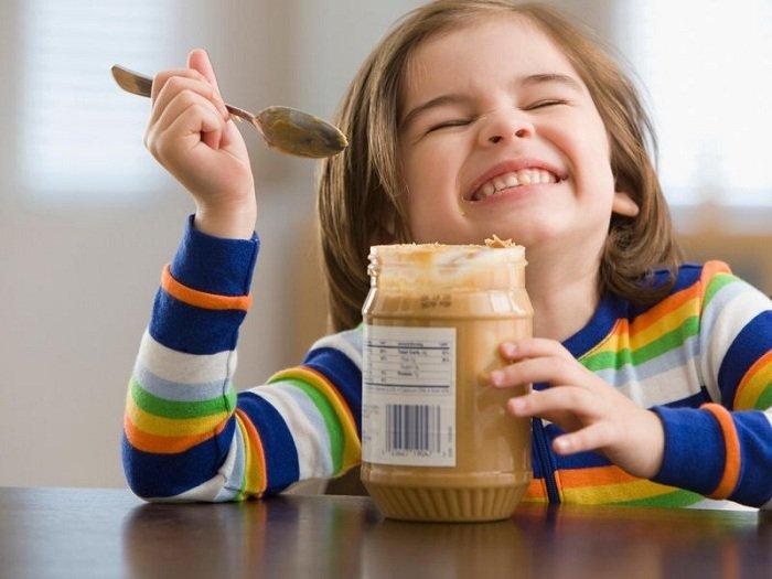 trẻ ăn bơ lạc