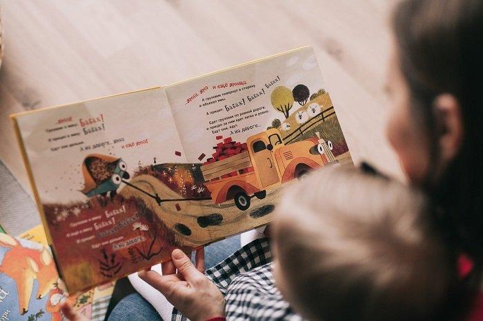 Đọc sách giúp kích thích khả năng nhận thức của bé 3-6 tháng.
