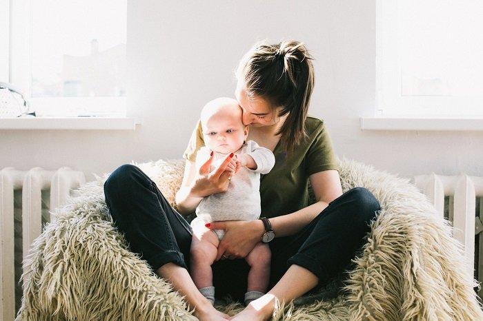 Việc trò chuyện cũng giúp kích thích khả năng nhận thức của bé 3-6 tháng tuổi.