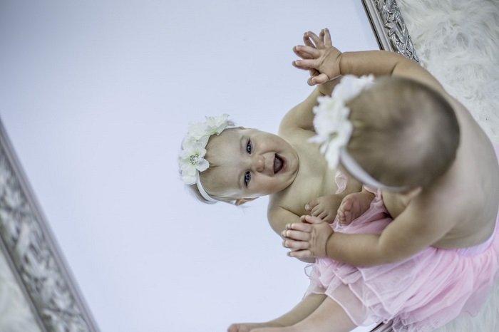 Soi gương kích thích khả năng nhận thức của bé.