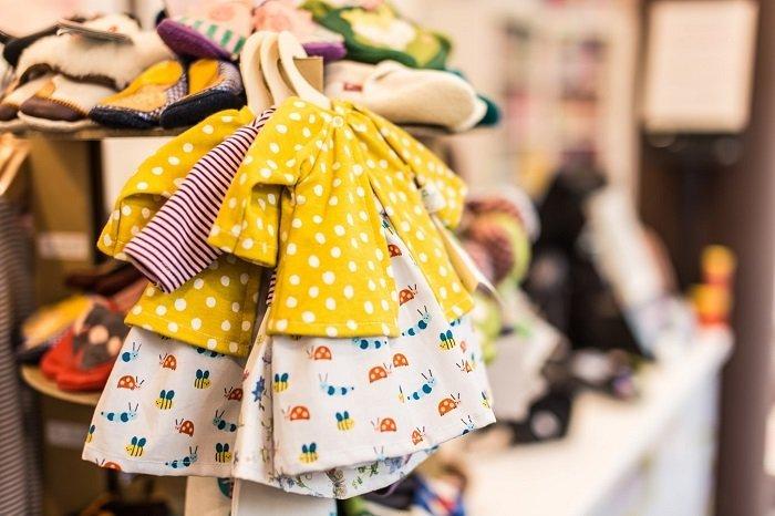 Việc tiếp xúc với các loại vải, chất liệu giúp kích thích khả năng nhận thức của bé.