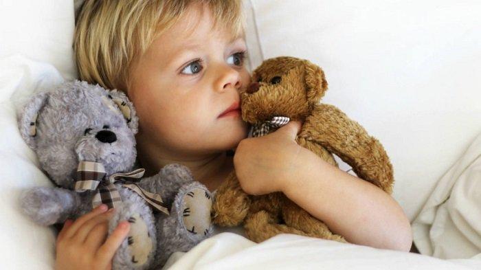 bé gái ôm gấu bông đi ngủ
