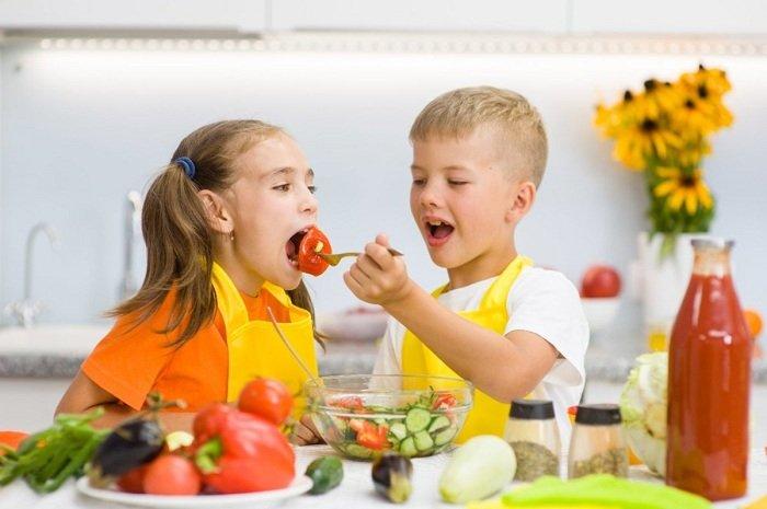 trẻ ăn rau củ