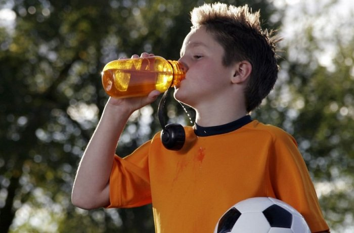 trẻ uống nước lọc