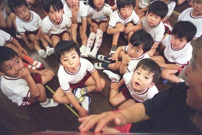 Trẻ em Nhật Bản ngồi với nhau.