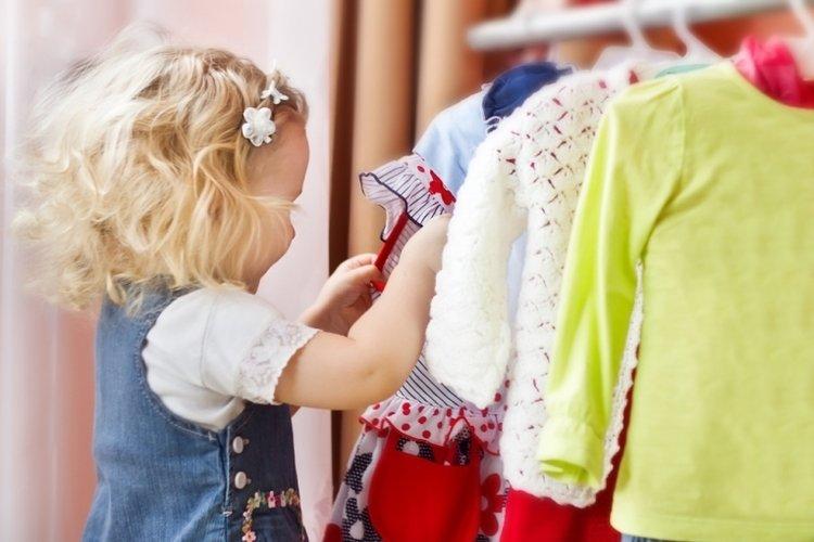 trẻ lựa chọn quần áo, tự chủ cá nhân trong giai đoạn khủng hoảng tuổi lên 3