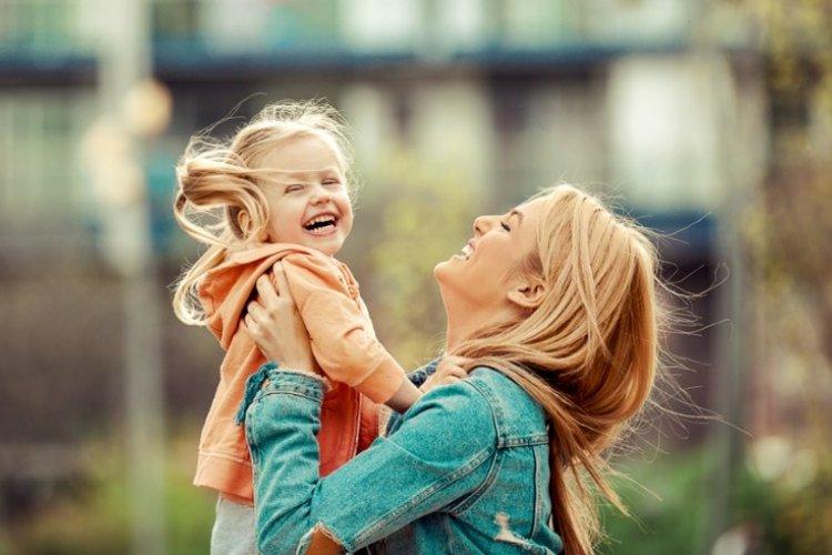 mẹ ôm hôn con, gần gũi yêu thương con hơn trong giai đoạn khủng hoảng tuổi lên 3